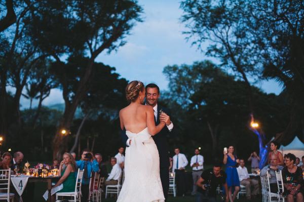 идея рустик сватба край морският бряг декорация танц младоженци