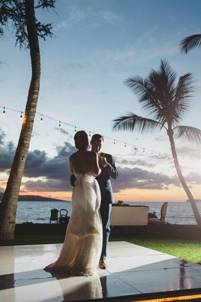 идея за рустик сватба край морският бряг танц младоженци