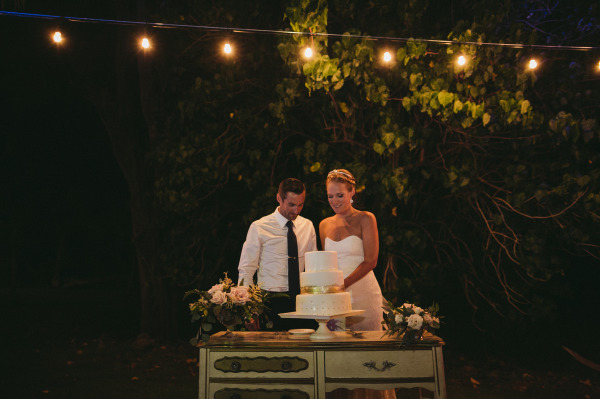 идея рустик сватба край морският бряг торта младоженци