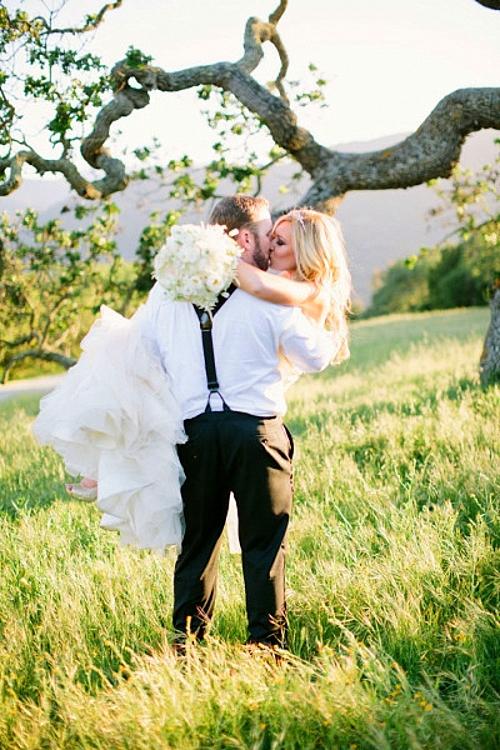идеи за сватбени снимки целувка младоженци