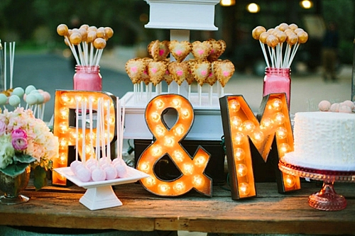 идея за сватба в златно и коралово декорация