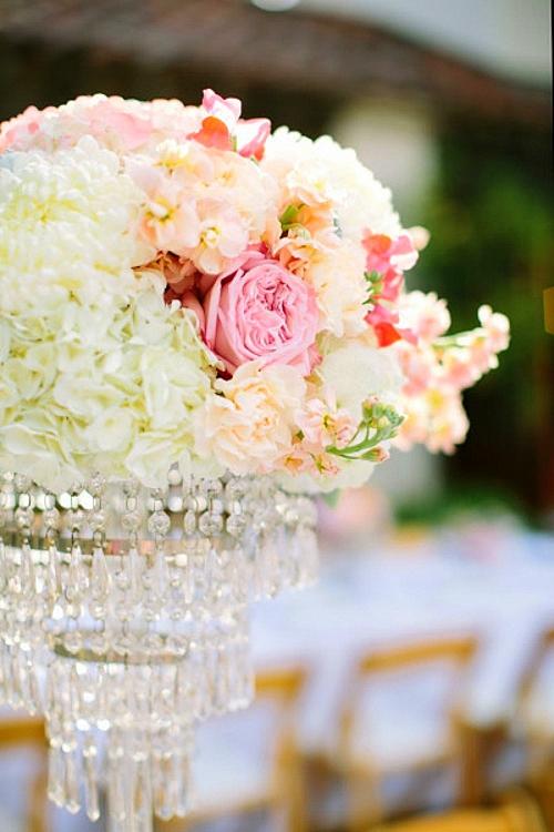 идея за сватба в златно и коралово цветя декорация