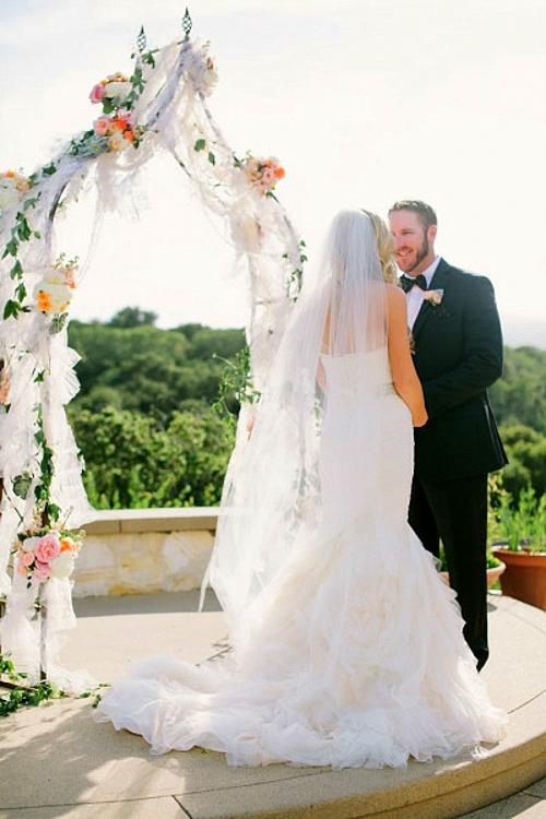идея за сватба олтар арка младоженци
