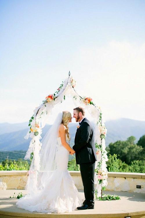 идея за сватба арка олтар младоженци