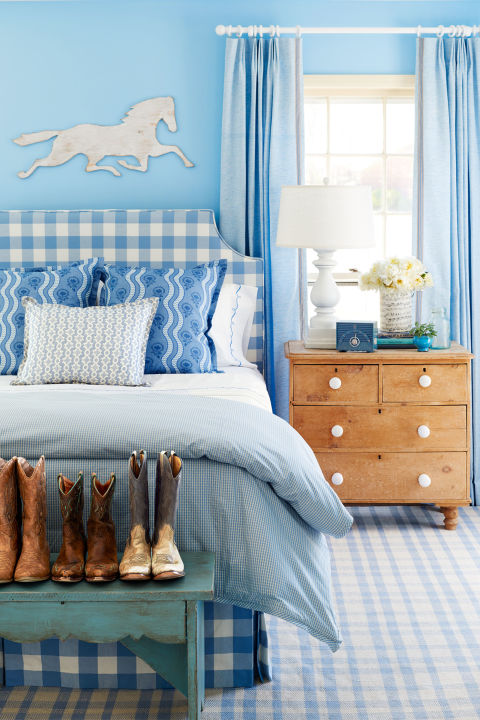 интериорен-дизайн-в-синьо-спалня-декорация-легло