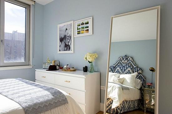 интериорен дизайн спалня огледало синьо бяло
