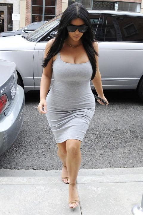 ким кардашиян бременна лятна рокля