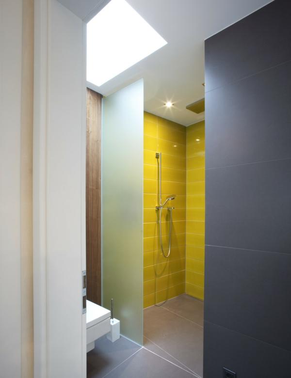 малка-баня-идеи-жълта-душ-кабина-сива-стена