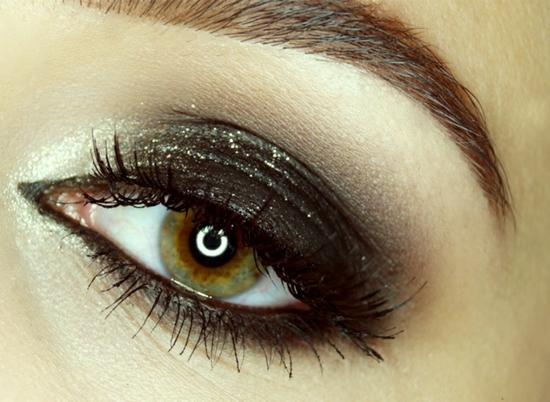 опушен-грим-за-очи-черно-блестящо