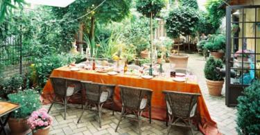 открита-трапезария-в-градината-маса-столове-саксии