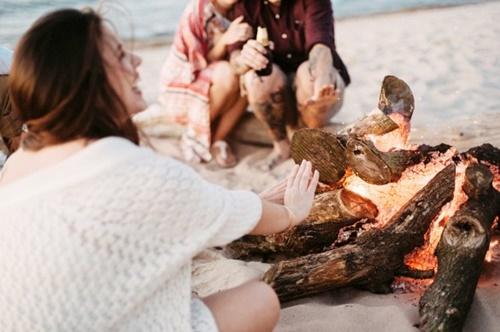 пикник на плажа огън
