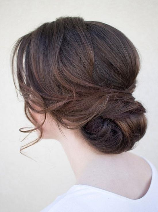 прически с прибрана коса нисък кок