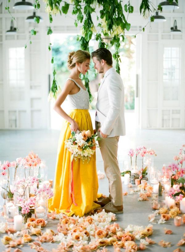 сватба в жълто и зелено младоженци