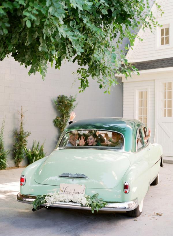 сватба в жълто зелено ретро автомобил