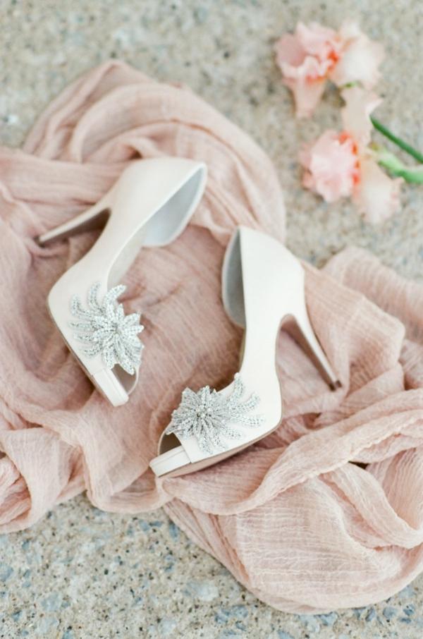 сватба в розово обувки