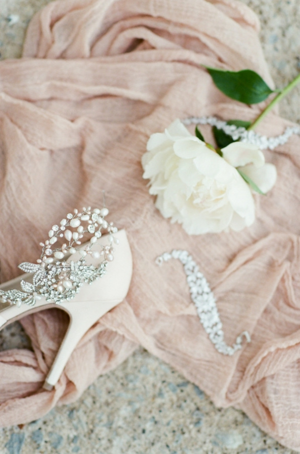 сватба-в-розово-обувки-цветя