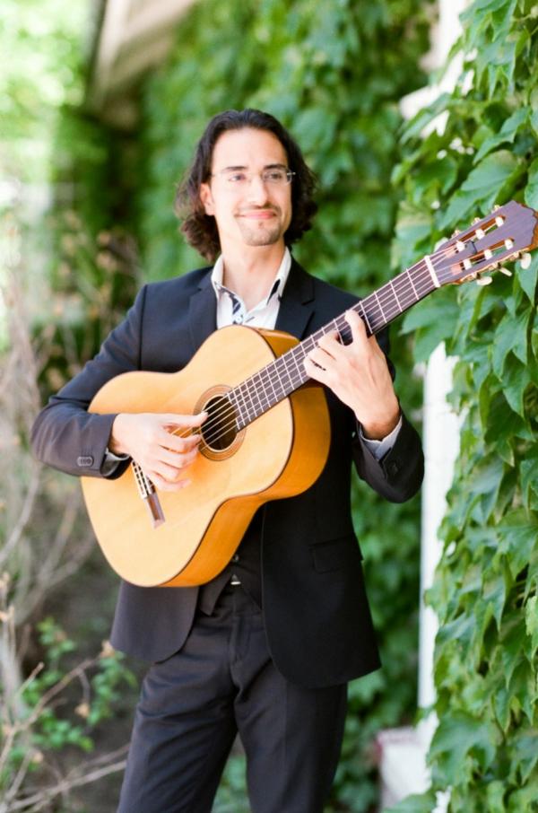 сватба-в-розово-китарист