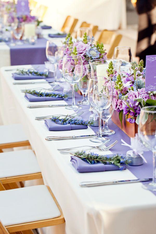 сватбена украса маса лилаво цветя