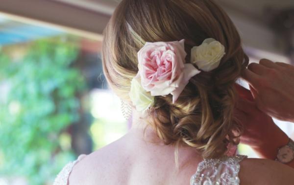сватбени прическа със свежи цветя
