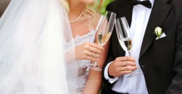 сватбени чаши младоженци