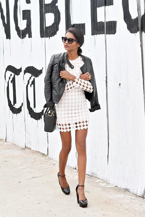 стрийт-стайл-бяла-рокля-кожено-яке