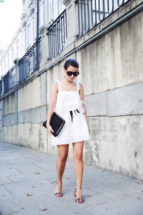 стрийт-стайл-малка-бяла-рокля-сандали