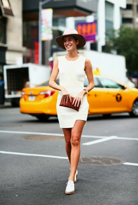 стрийт-стайл-малка-бяла-рокля-шапка