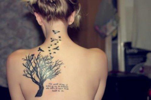 татуировки-за-жени-с-надписи-гръб