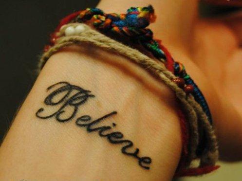 татуировки-за-жени-с-надписи-дума