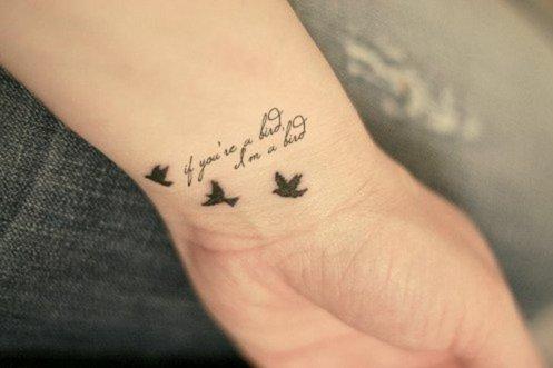 татуировки-за-жени-с-надписи-на-китката