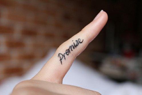 татуировки-за-жени-с-надписи-пръст