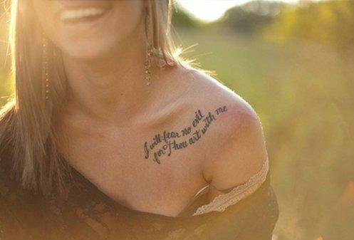 татуировки-за-жени-с-надписи-рамото