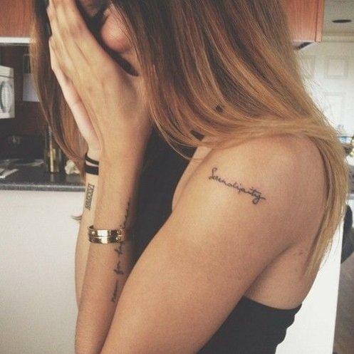 татуировки-за-жени-с-надписи-рамо