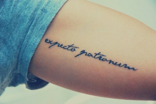 татуировки-за-жени-с-надписи-тънка