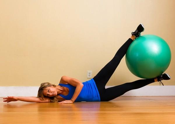 упражнения за стегнати бедра топка