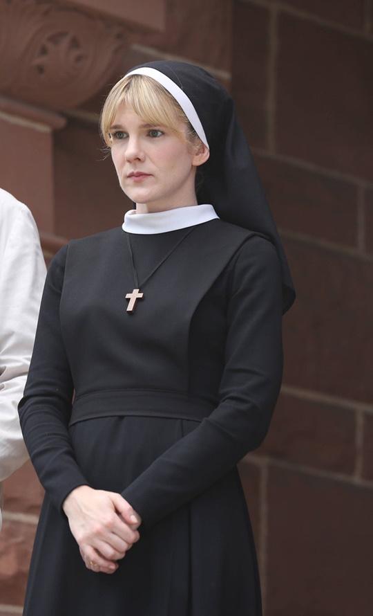 helouin kostum monahiniq ot filma zloveshta semeina istoriq