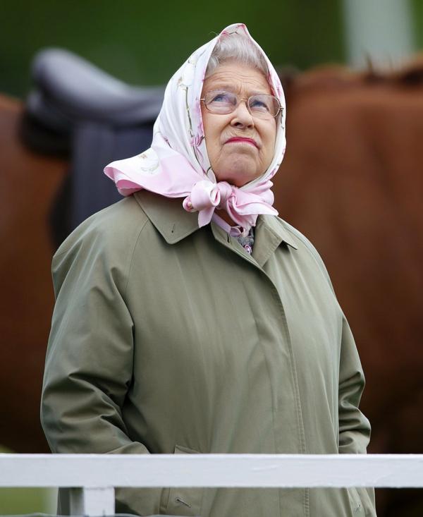 кралица елизабет прилича на миранда пристли