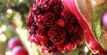 Коледна украса в червено