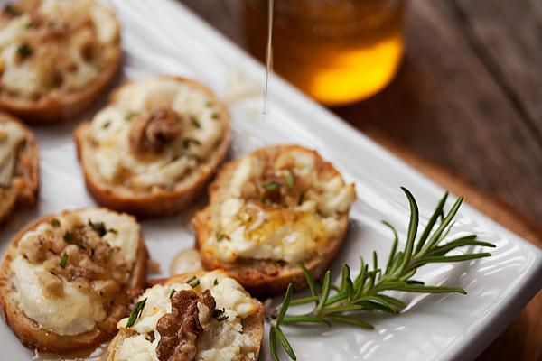 тост с козе сирене и мед