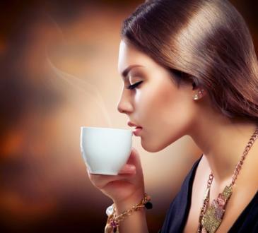 щипка сол в кафето