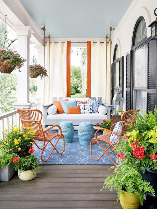 veranda terasa v sinio i oranjevo