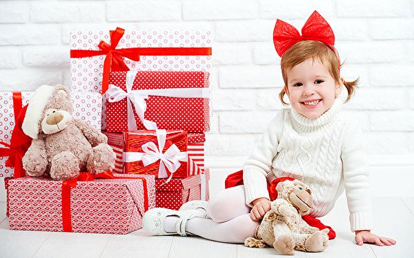 koledna kartinka s podaruci i malko dete