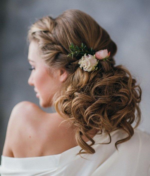 svatbena pricheska za dalga kosa s plitka i kok