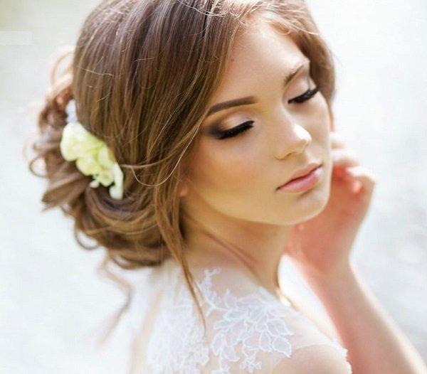 svatbena pricheska s pribrana kudrava kosa