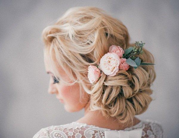 svatbeni pricheski s pribrana kosa na kadrici s cvetq