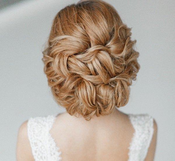 svatbeni pricheski s pribrana spletena kosa