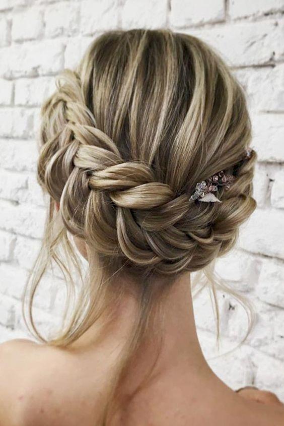 pricheska koledna spletena kosa