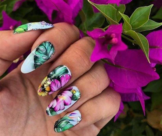 manikur s cvetq za nokti badem