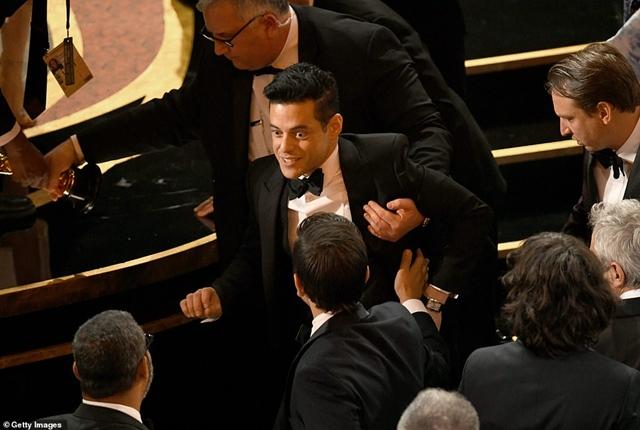 """Рами Малек падна от сцената, след като получи """"Оскар"""""""